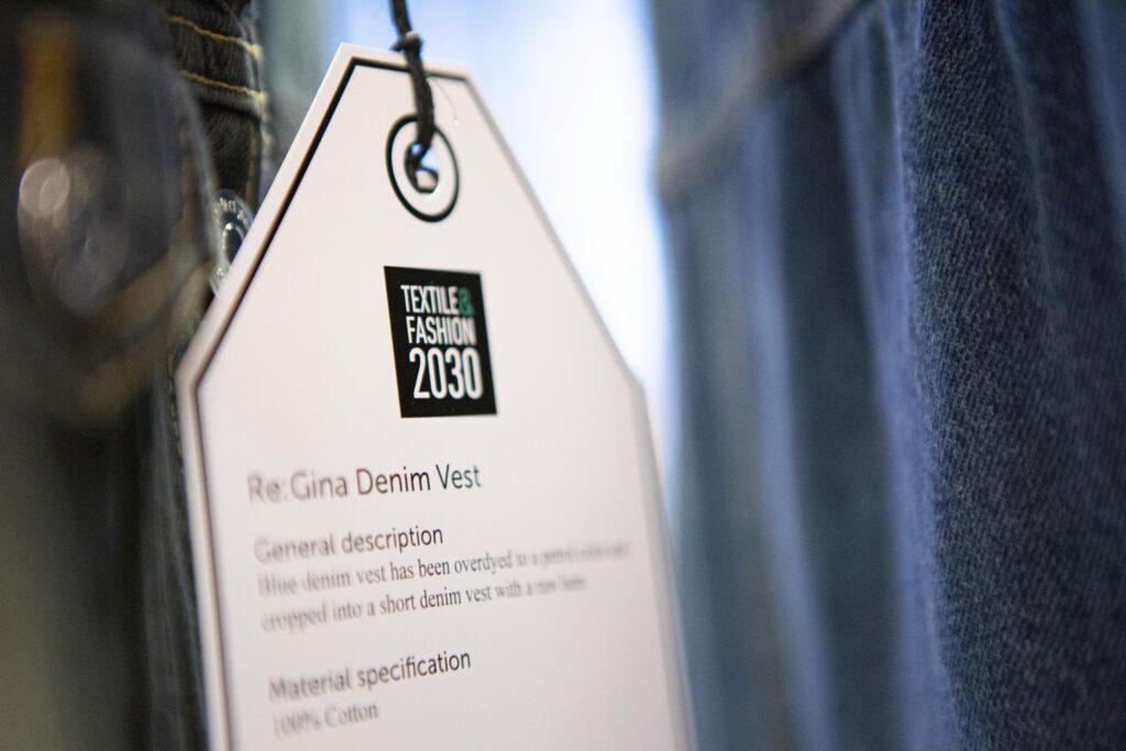 En hängtag från mobil Exposé, Textile & Fashion 2030