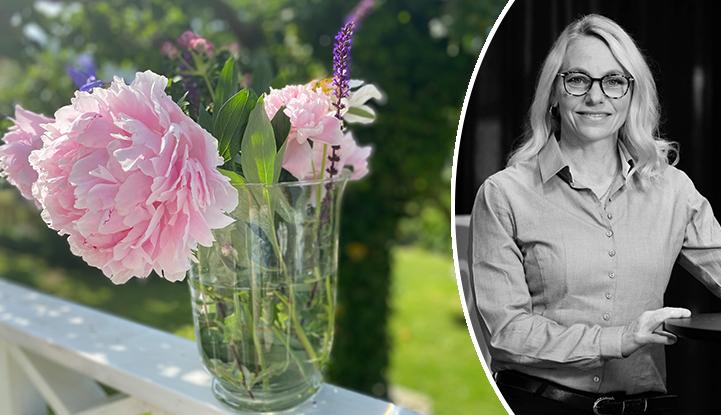 Bild på blomvas med pioner med infälld porträttbild av Anett Aldman